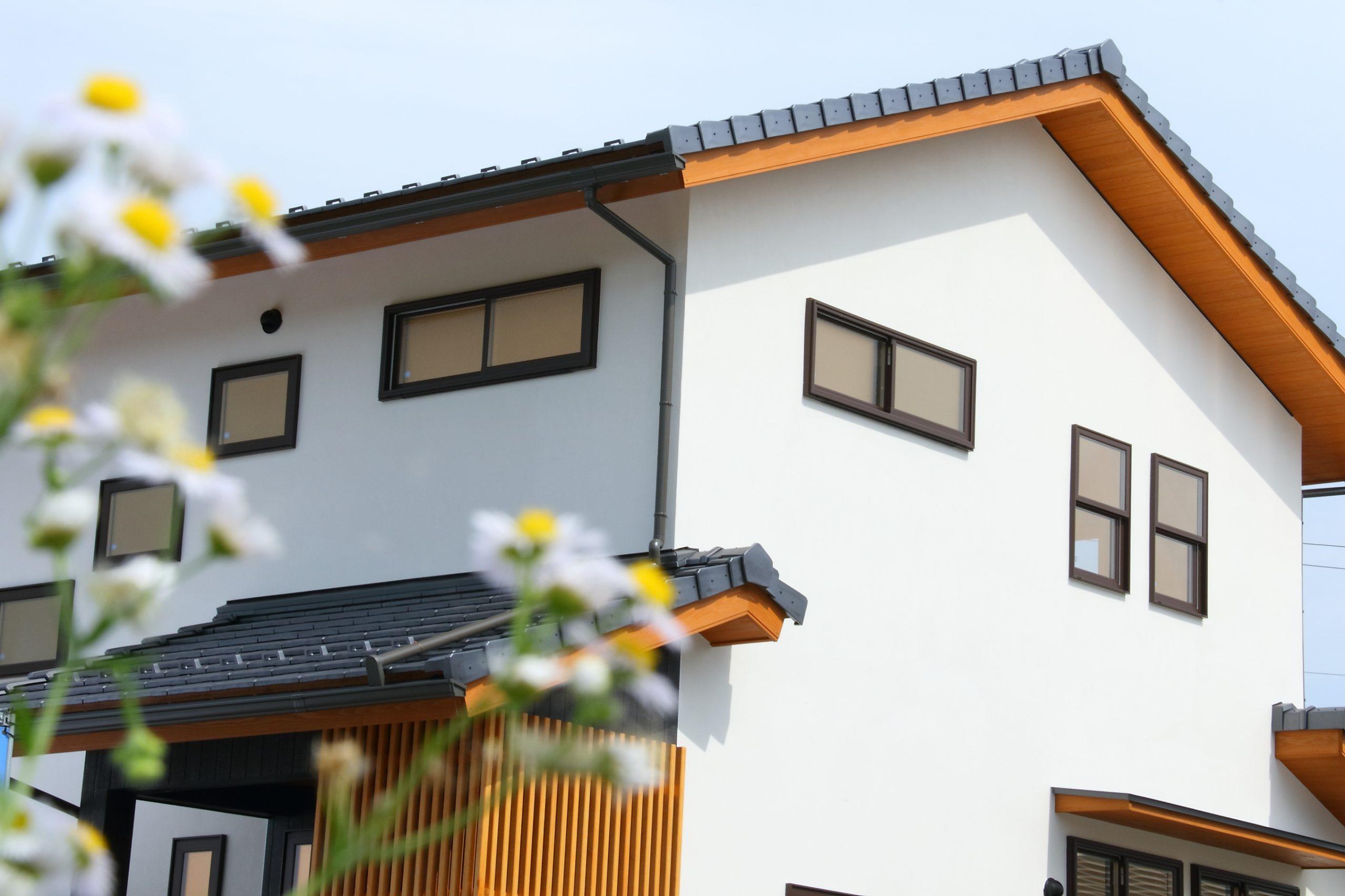 のどかな田園風景に佇む風流な住宅
