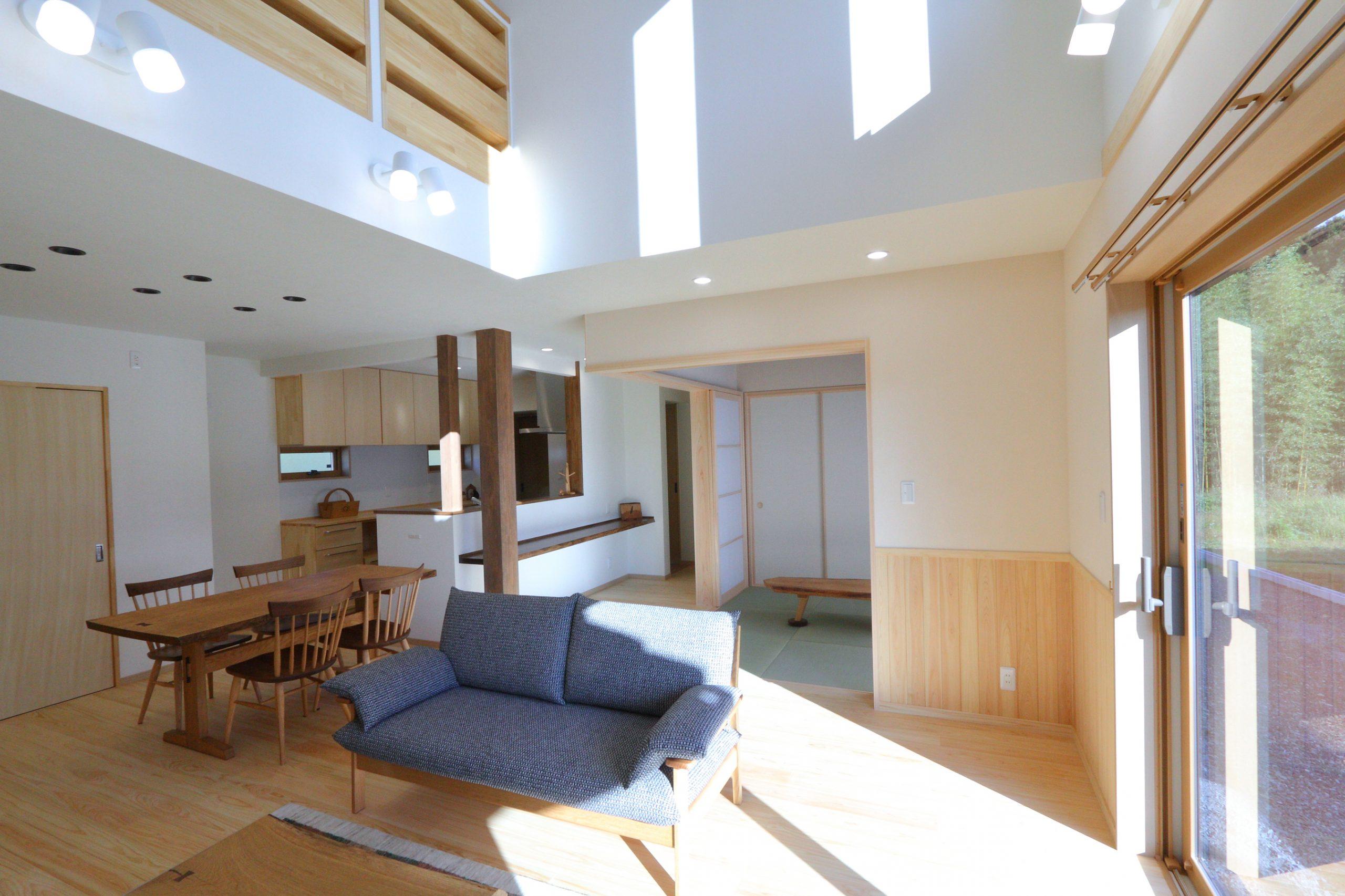 高台で自然とともに暮らす家